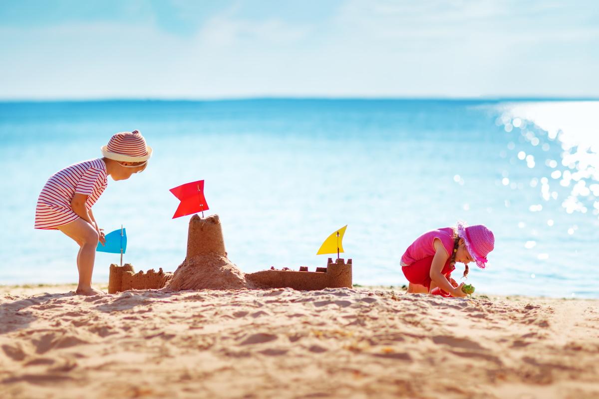 Foto Divertenti Bambini Al Mare giochi sulla spiaggia: 10 attività montessori da fare al