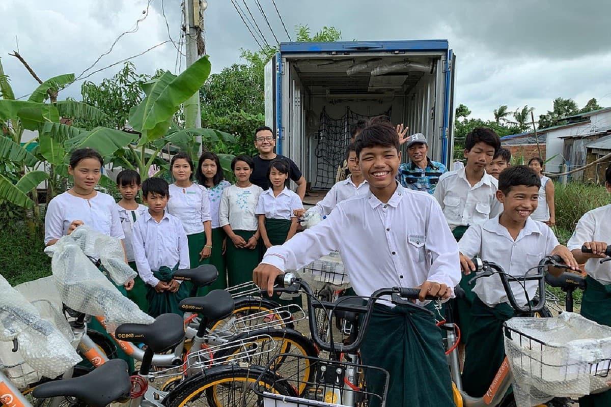 Imprenditore regala bici ai poveri