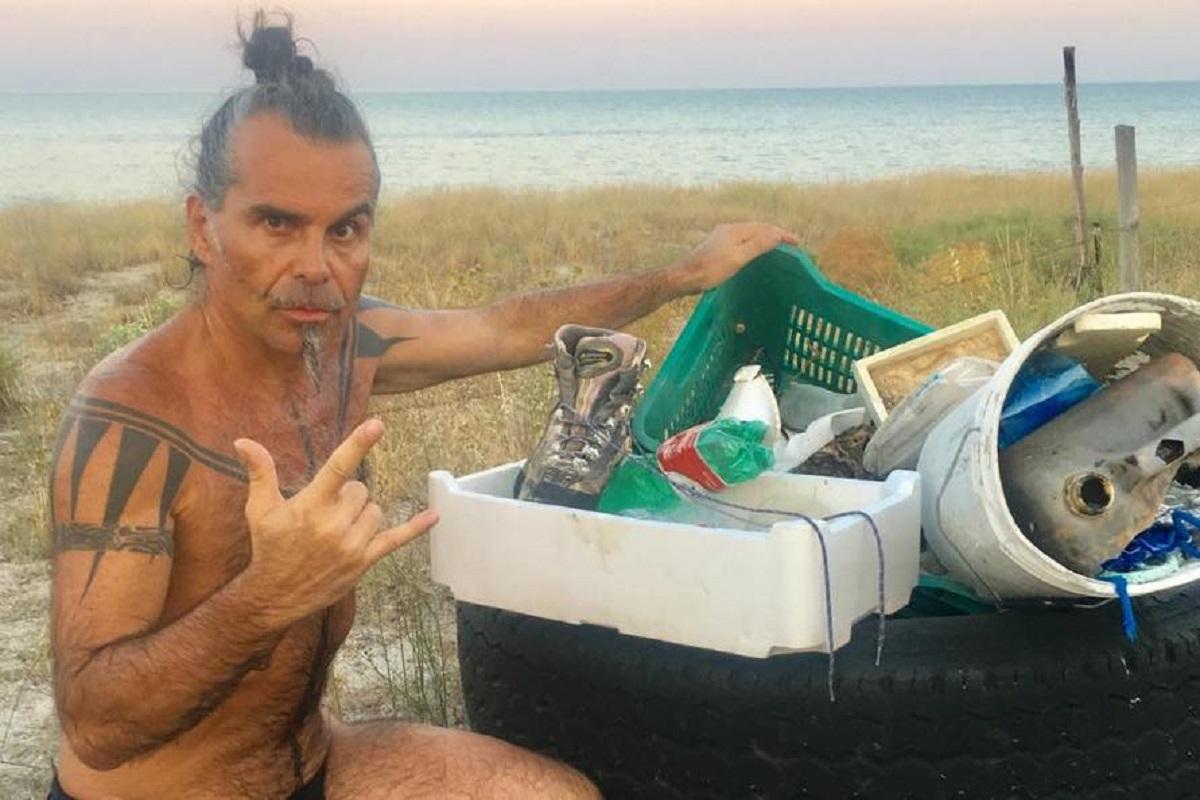 Piero Pelù raccoglie rifiuti