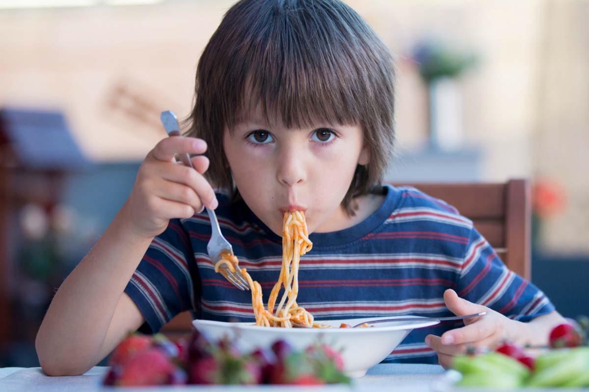 bambino-mangia