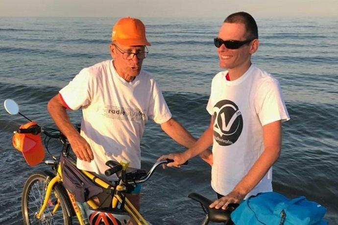 Papà e figlio non vedente verso il mare