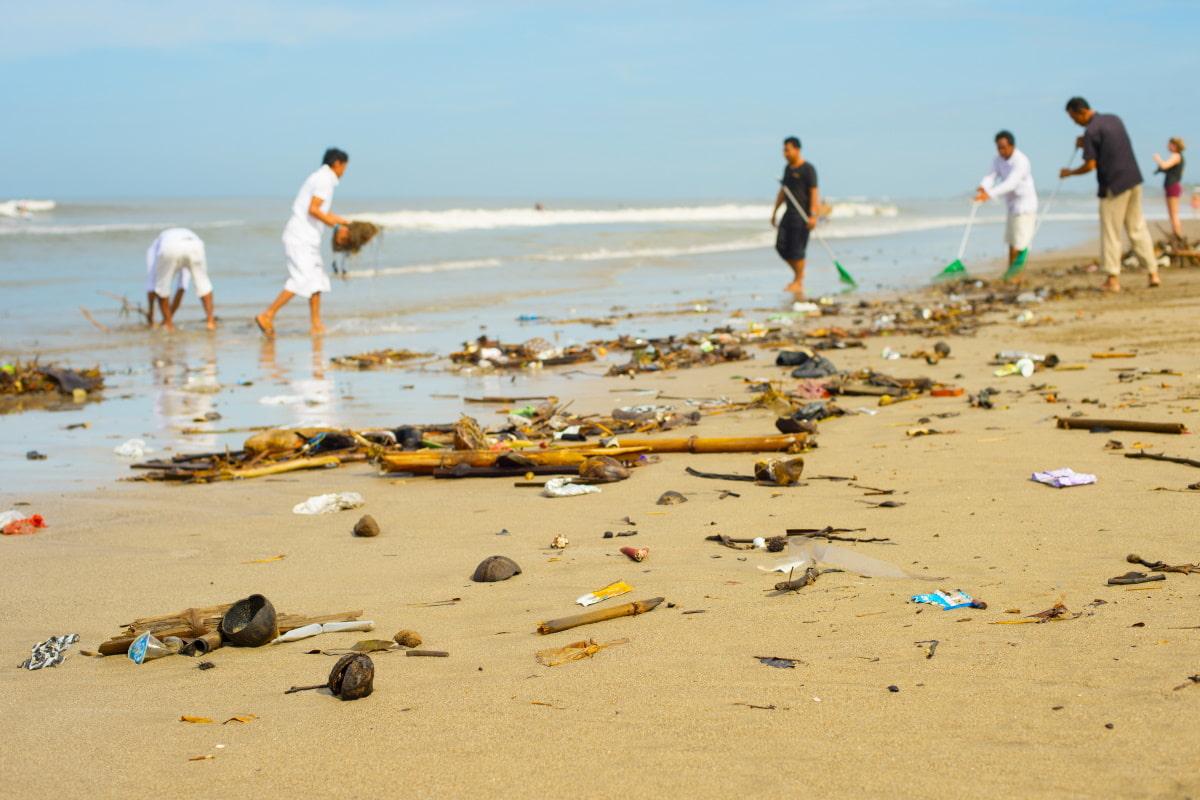 Sindaco getta rifiuti sulla spiaggia a Seoul