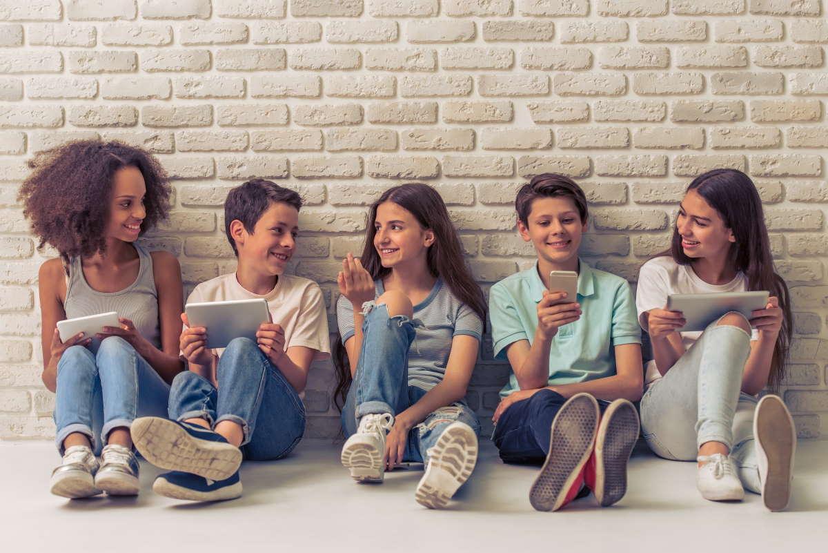 adolescenti indoor cellulari