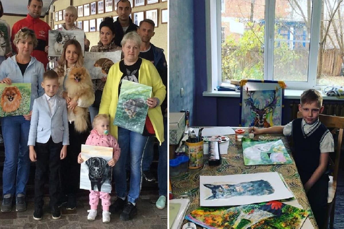 Il bambino che vende quadri in cambio di cibo per animali