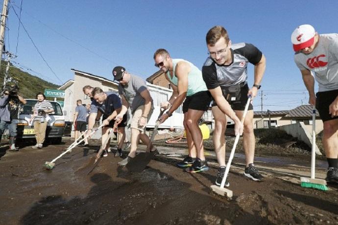 Rugby giocatori aiutano abitanti contro tifone in Giappone