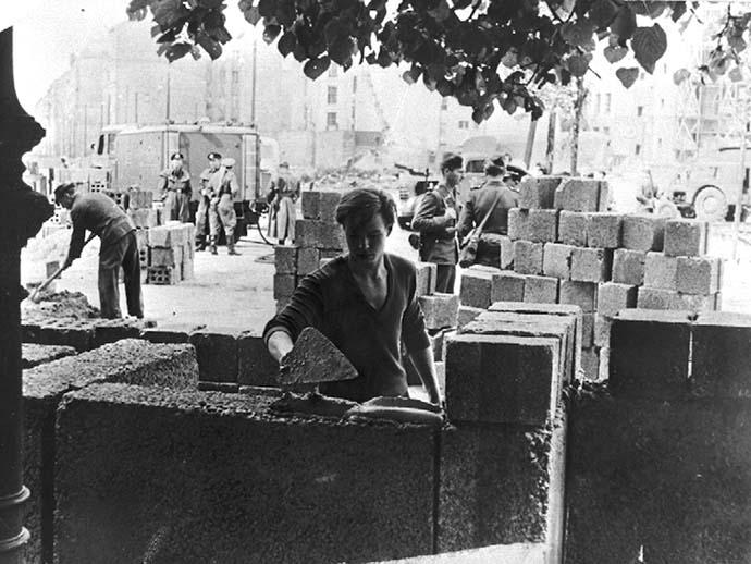 costruzione-muro-berlino