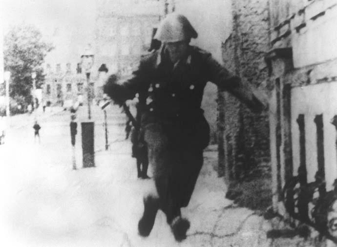 soldato-attraversa-berlino
