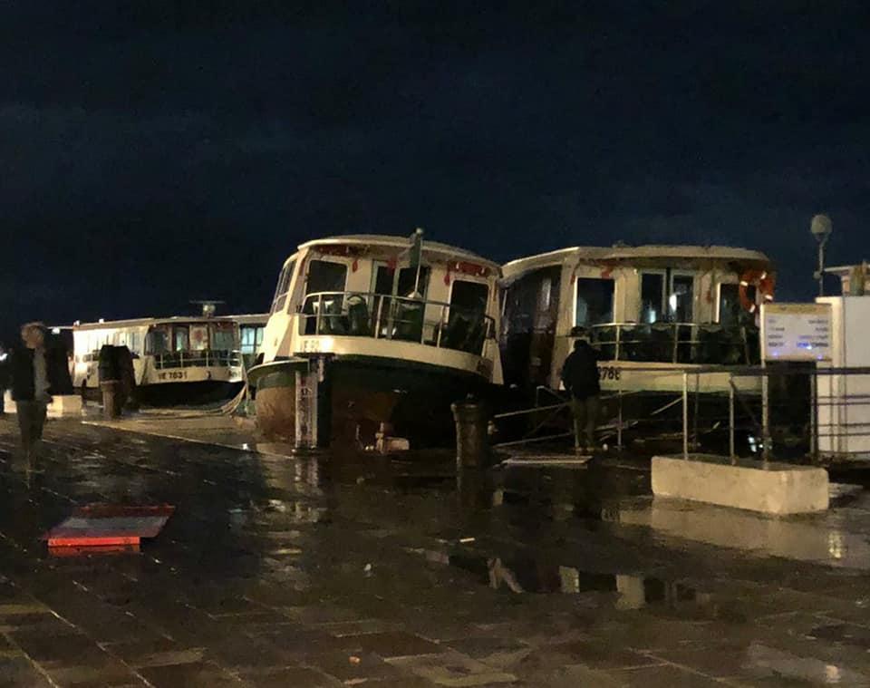 Venezia sott'acqua, la peggiore marea degli ultimi 50 anni: le immagini dall'elicottero
