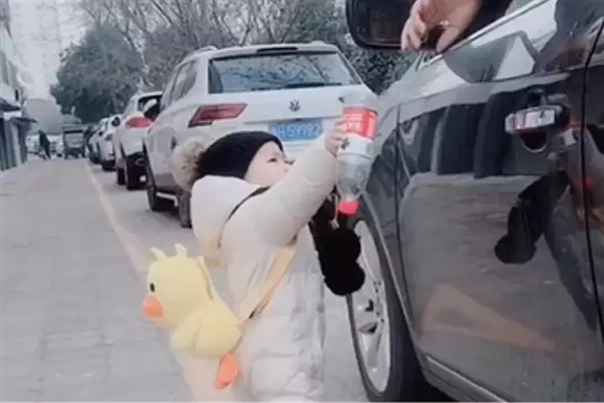 bambino raccoglie bottiglia