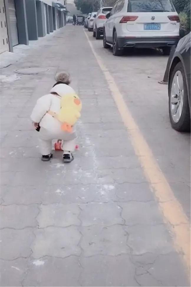 bambino raccoglie bottiglia gettata via