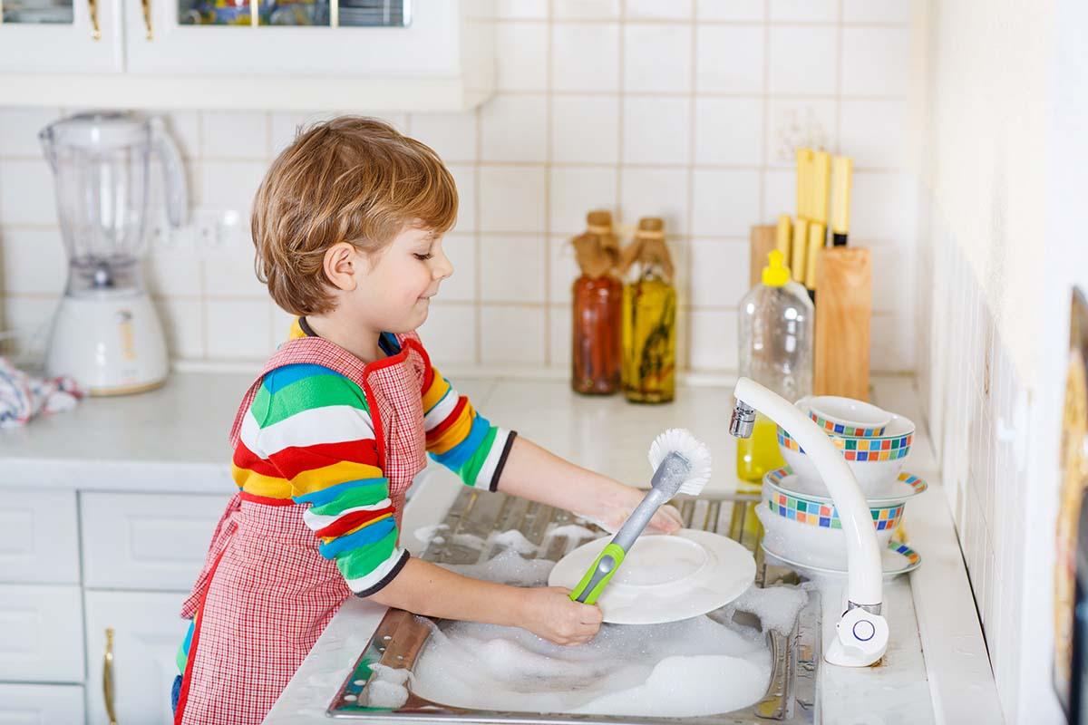 bambino-lava-piatti