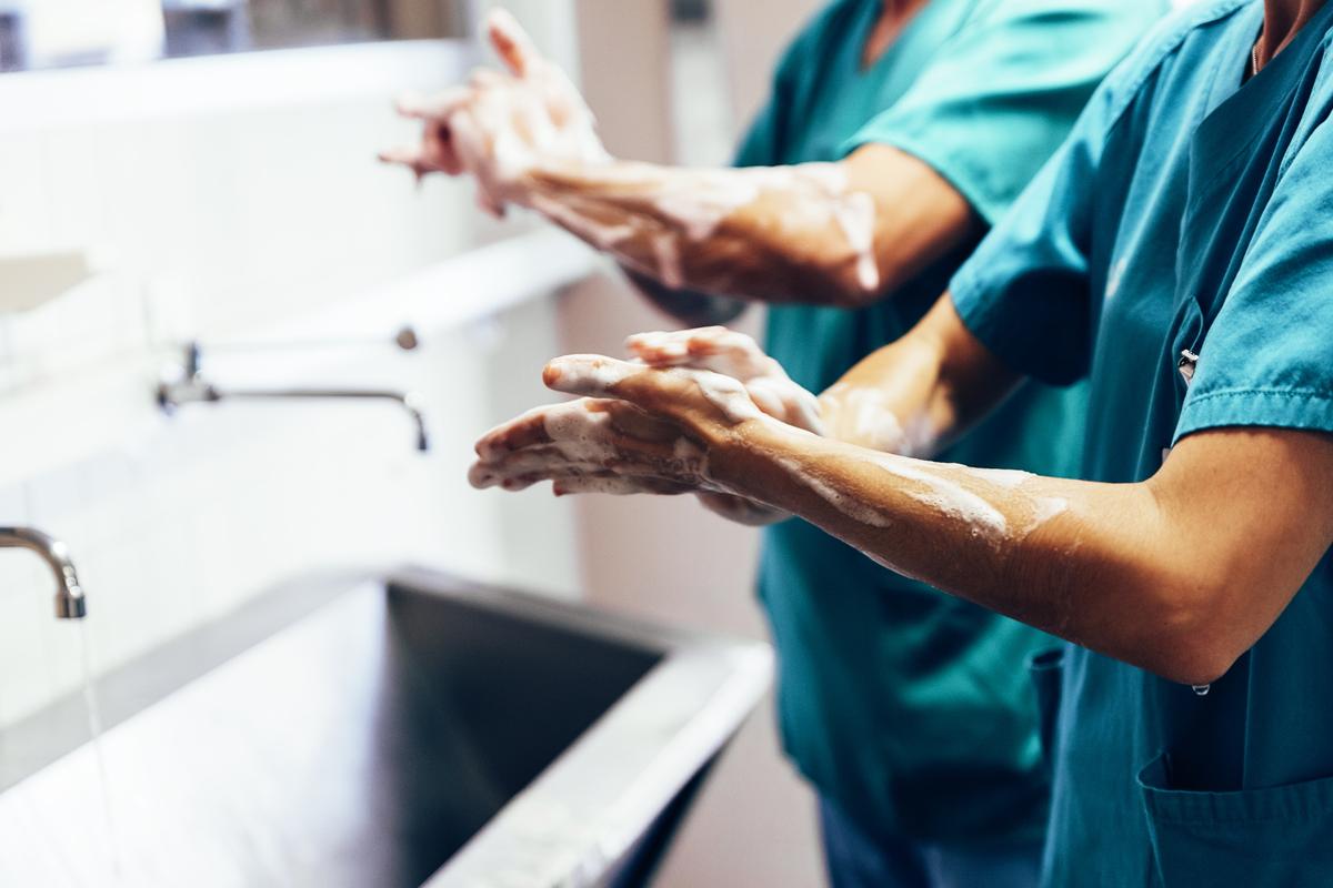 medici lavano le mani