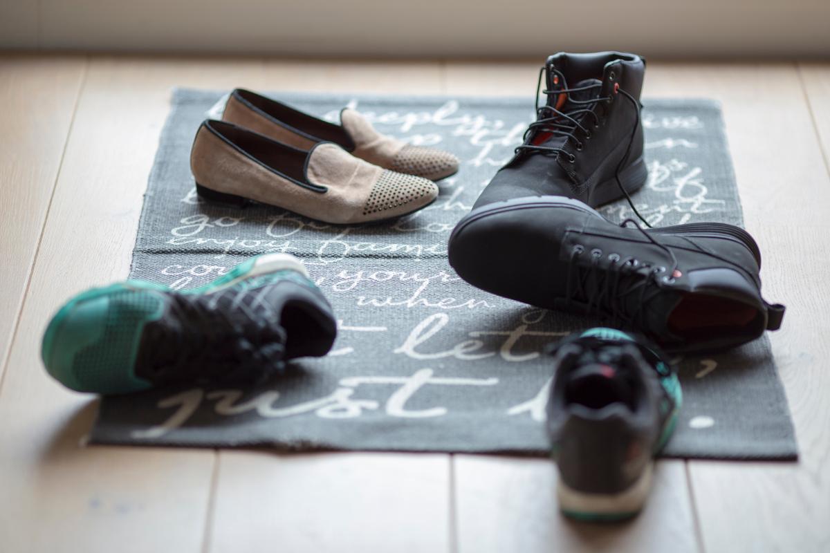 Levare scarpe e vestiti (e non solo): le regole per lasciare