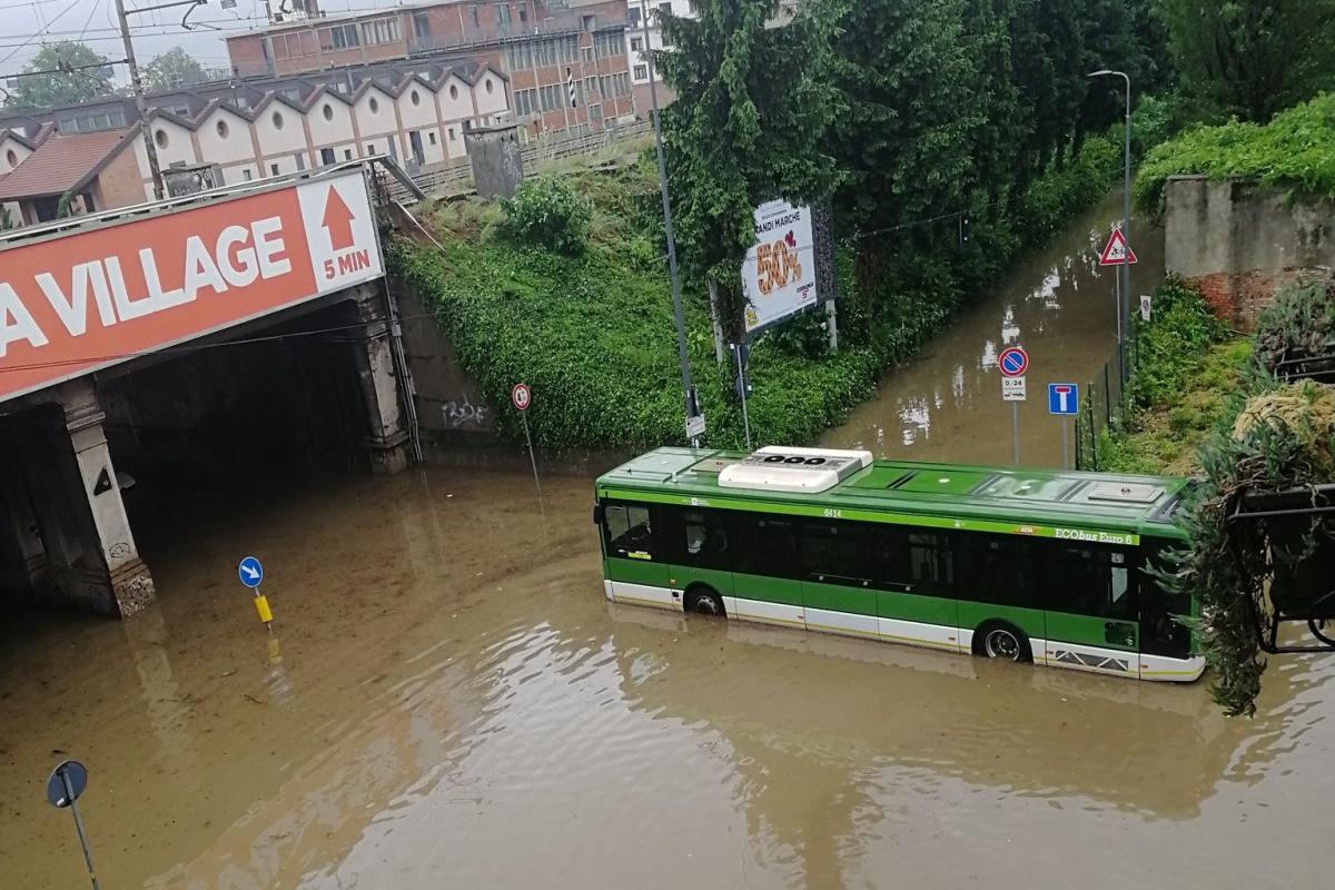 Nubifragio su Milano: vento e grandine, esonda il fiume Seveso ...