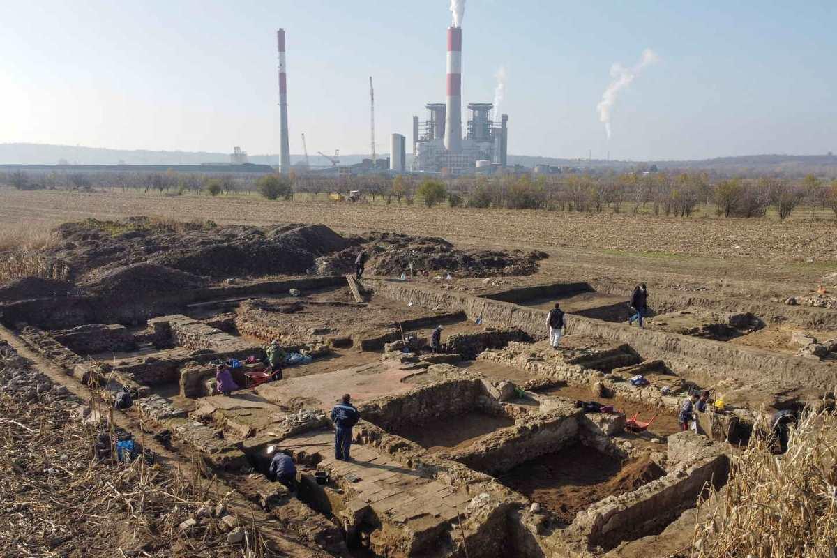 Scoperta in Serbia una spettacolare caserma militare romana nascosta sotto un campo di grano