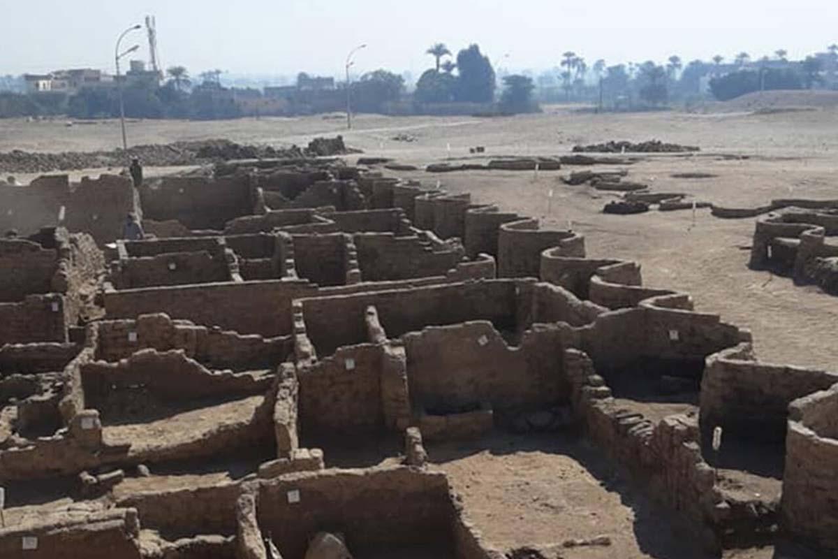 ritrovata antica città oro luxor egitto