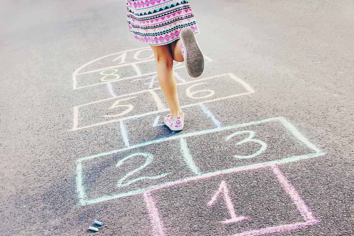 bambini giochi in strada
