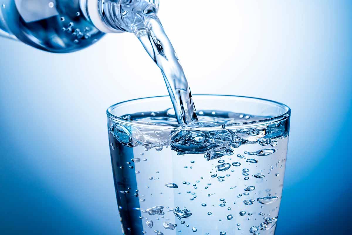 bere acqua frizzante falsi miti