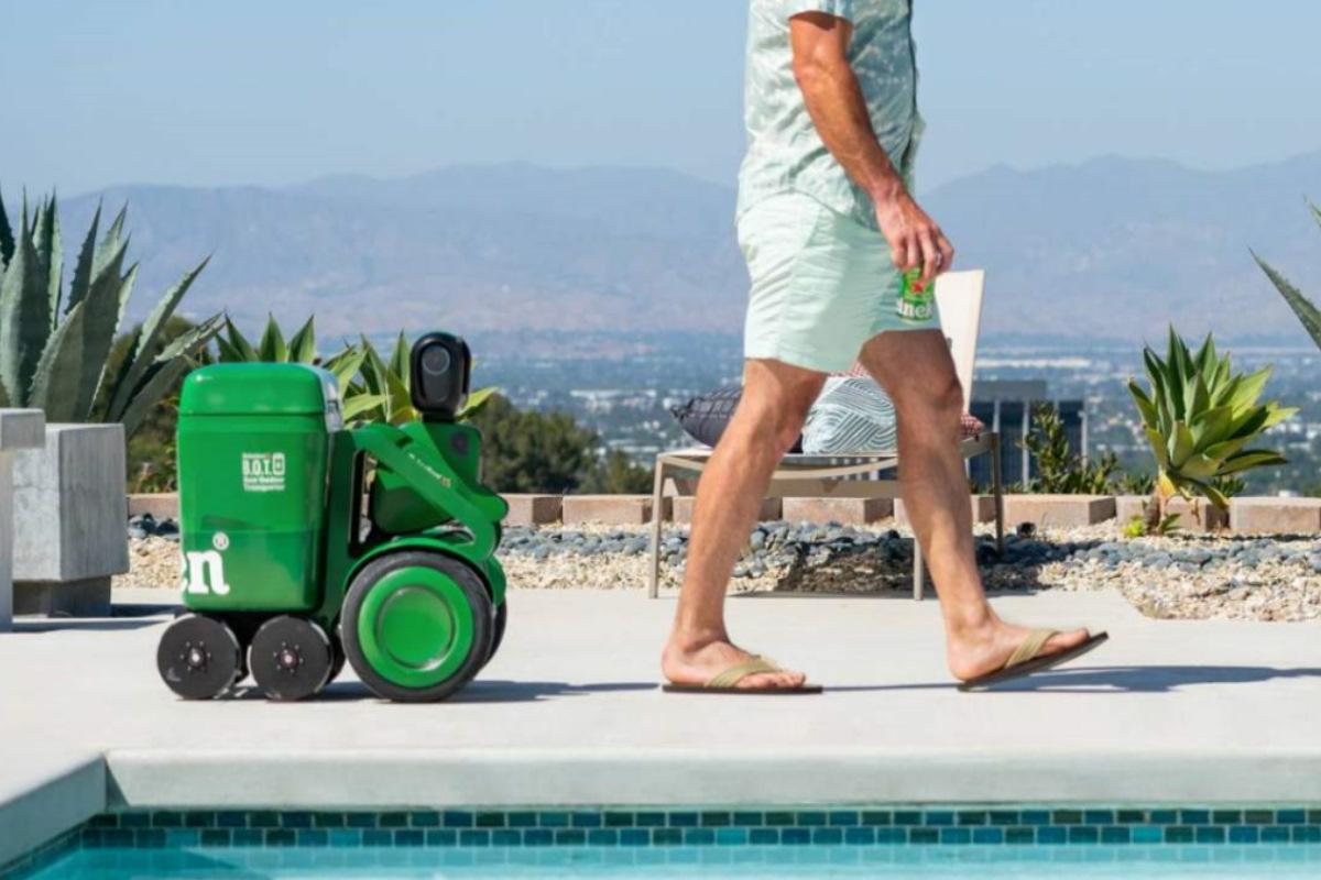 Heineken ha progettato un robottino intelligente che ti segue ovunque, portando la birra fresca sempre con te